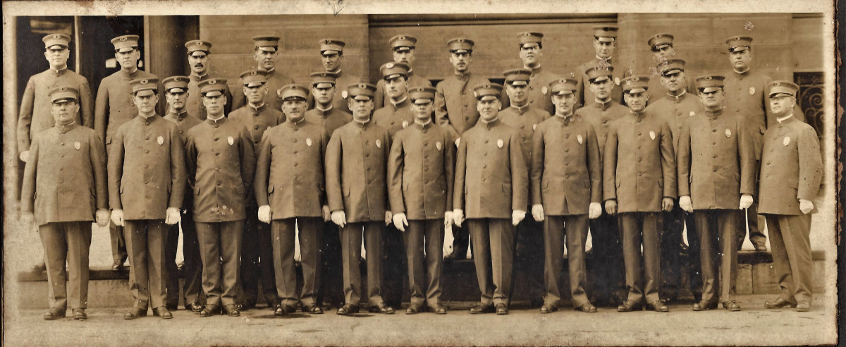 Photo of sanitary officers from Milwaukee, Wisconsin, 1908